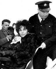 Elizabeth TAYLOR im Rollstuhl, 1961